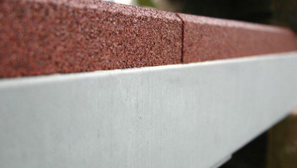 Seitenansicht des Einbautrampolins mit rotem EPDM Fallschutz