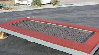 Produktfoto befahrbares Rollstuhl Trampolin mit rotbraunem EPDM Fallschutz