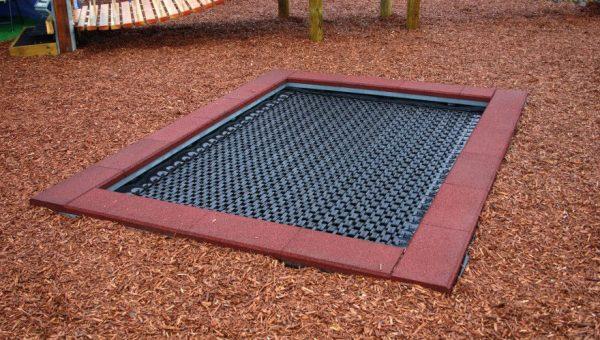 Bodentrampolin Spielplatz auf einem Bewegungsparcours