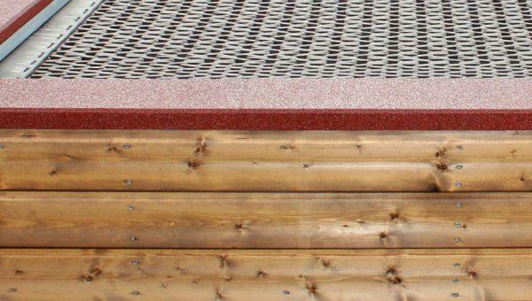 Nahaufnahme der Verkleidung aus Holz des Trampolins zum Aufstellen