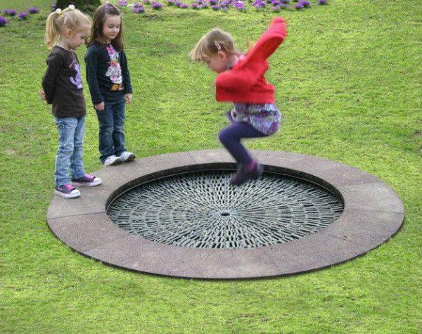 Kinder hüpfen auf dem runden Circus HalliGalli Trampolin