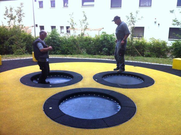 Erwachsene springen auf dem Trampolin Circus HalliGalli mit Gummimembran Sprungmatte