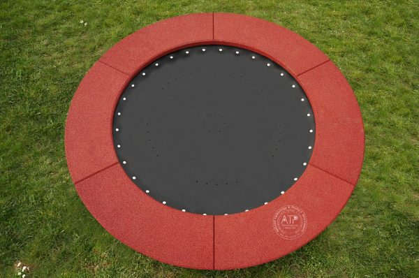 Rundes Trampolin Circus Maximus mit rotbraunem EPDM Fallschutz