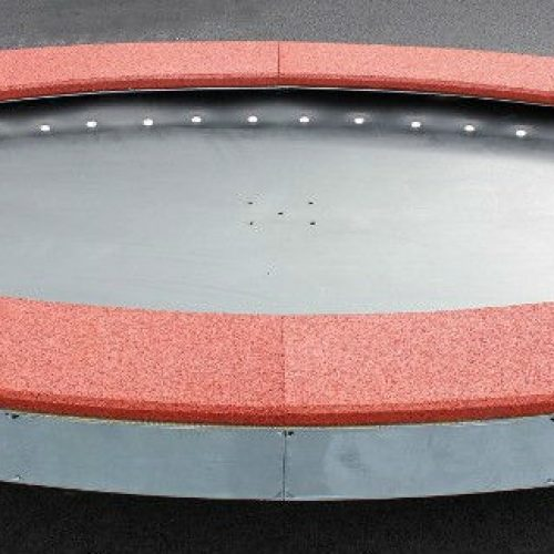 Ebenerdiges Trampolin Saturnus mit rotbraunem EPDM Fallschutz