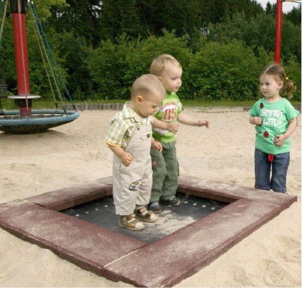 Zwei Kleinkinder springen auf dem Trampolin zum Eingraben Modell Piccolo